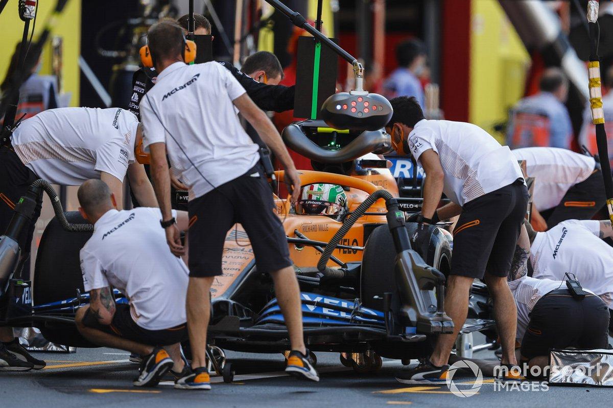 Lando Norris, McLaren MCL35, en el pitlane