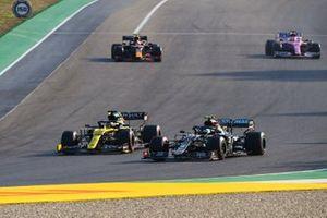 Daniel Ricciardo, Renault F1 Team R.S.20, battles with Valtteri Bottas, Mercedes F1 W11