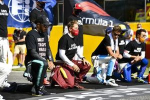 Lewis Hamilton, Mercedes-AMG F1, Sebastian Vettel, Ferrari, George Russell, Williams Racing, and the other drivers kneel and stand in support of the End Racism campaign prior to the start