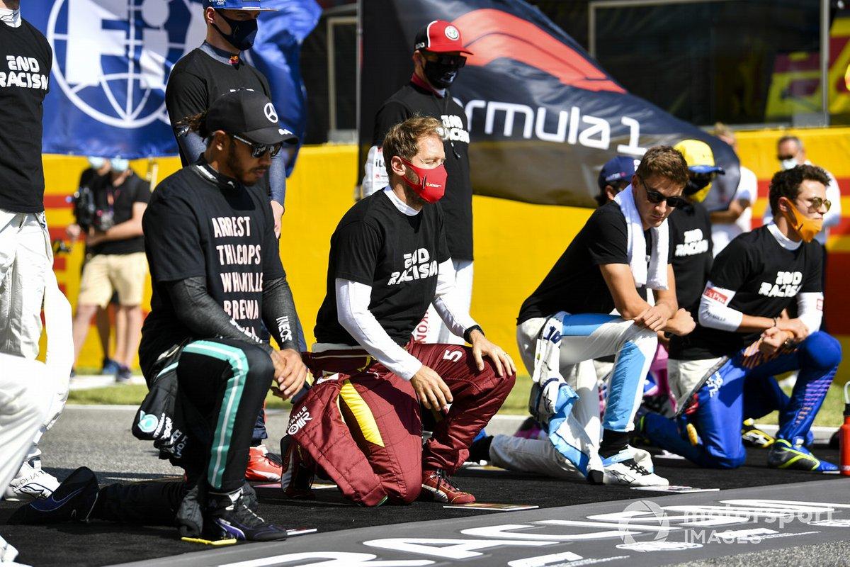 Lewis Hamilton, Mercedes-AMG F1, Sebastian Vettel, Ferrari, George Russell, Williams Racing, en apoyo de la campaña para el fin del racismo