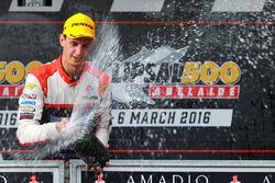 Podium: winnaar Nick Percat, Lucas Dumbrell Motorsport Holden viert met champagne
