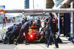 Daniil Kvyat, Red Bull Racing RB12 prova un pit stop