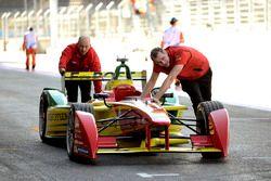Mechaniker schieben ABT Schaeffler Audi Sport Auto in die Box