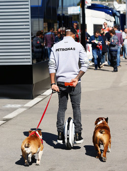 Lewis Hamilton, Mercedes AMG F1, mit einem Hoverboard und seinen Hunden Roscoe und Coco im Fahrerlager