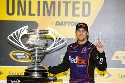 El ganador de la carrera, Denny Hamlin, Joe Gibbs Racing Toyota