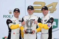 Подиум GTLM: победители - Оливер Гэвин, Томми Милнер и Марсель Фесслер, #4 Corvette Racing Chevrolet Corvette C7.R
