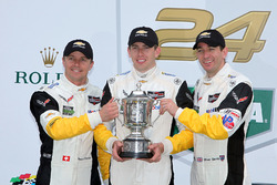 Подиум GTLM: победители - Оливер Гэвин, Томми Милнер и Марсель Фесслер, #4 Corvette Racing Chevrolet Corvette C7.R