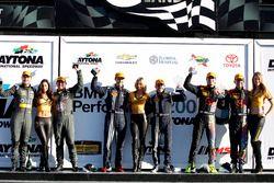 Podio general, ganador #15 Multimatic Motorsports Mustang Boss 302R: Billy Johnson, Scott Maxwell, 3