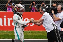 Zdobywca pierwszego pola Lewis Hamilton, Mercedes-AMG F1 świętuje w parku zamkniętym