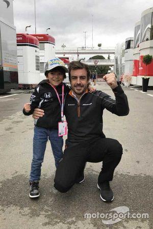 Fernando Alonso con el niño al que invitó al paddock