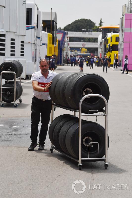 Sauber mechanic and Pirelli tyres
