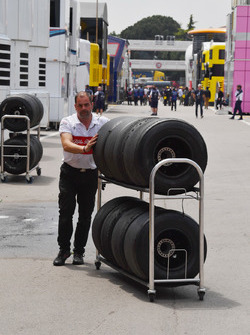 Sauber mechanic and Pirelli tyres