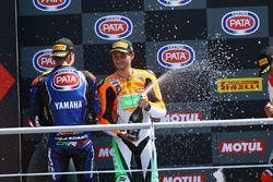 Jules Cluzel, NRT, fête sa victoire sur le podium