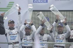 Подиум: второе место – Маро Энгель, Адам Христодулу, Мануэль Мецгер, Дирк Мюллер, Mercedes-AMG Team Black Falcon