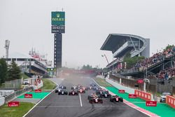 Nyck De Vries, PREMA Racing, leads George Russell, ART Grand Prix, and the rest of the field at the start of the race