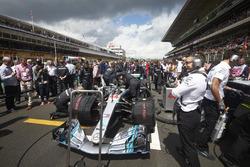 Samochód Lewisa Hamiltona, Mercedes AMG F1 W09, na polu startowym