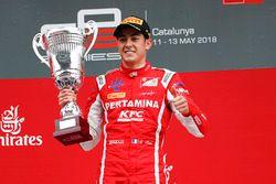 El ganador, Giuliano Alesi, Trident, y el tercero, Jake Hughes, ART Grand Prix