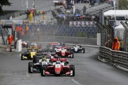 Старт гонки: лидирует Ральф Арон, Prema Theodore Racing, Dallara F317 Mercedes-Benz