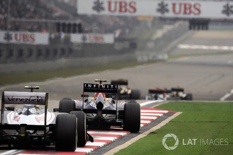 В суматохе первого круга разворачивалась борьба двух пилотов Sauber, которые неожиданно оказались рядом, сражение Уэббера и Алонсо, и провал Феттеля – он потерял четыре места и стал 15-м