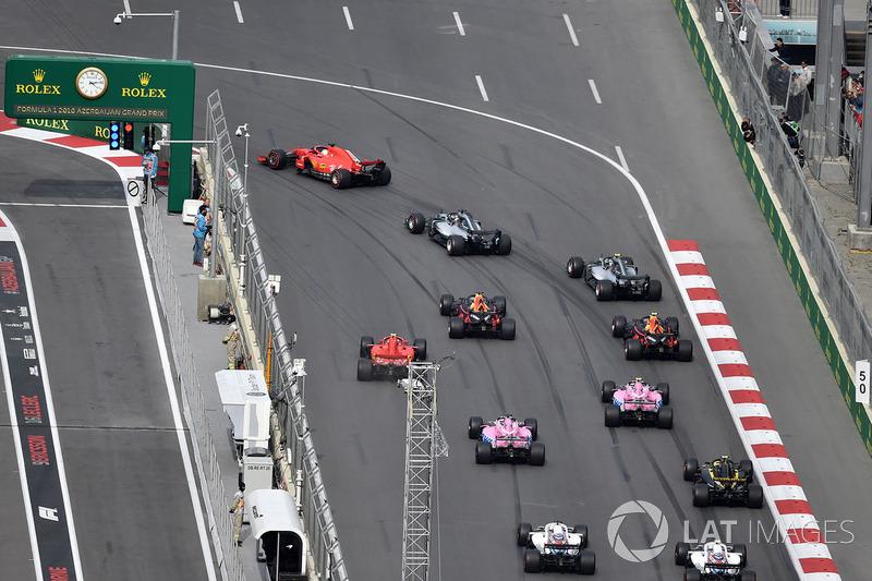 Suasana start, pembalap memasuki Tikungan 1