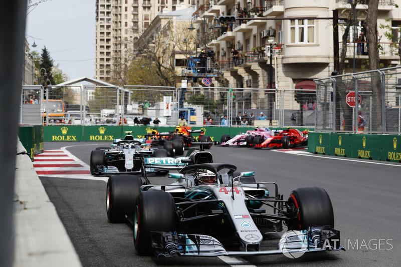 Lewis Hamilton, Mercedes AMG F1 W09, precede Valtteri Bottas, Mercedes AMG F1 W09, Daniel Ricciardo, Red Bull Racing RB14 Tag Heuer, Max Verstappen, Red Bull Racing RB14 Tag Heuer, Kimi Raikkonen, Ferrari SF71H, ed Esteban Ocon, Force India VJM11 Mercedes,