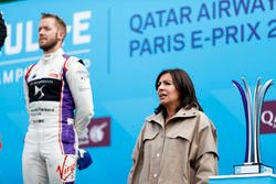La alcaldesa de Roma, Anne Hidalgo, en el podio con Sam Bird, DS Virgin Racing