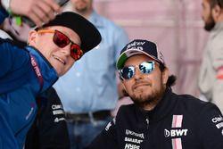 Sergio Perez, Force India prend un selfie avec des fans lors de la séance d'autographes