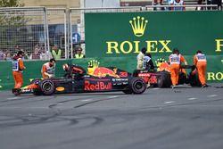 Los coches accidentados de de Max Verstappen, Red Bull Racing RB14 y Daniel Ricciardo, Red Bull Racing RB14