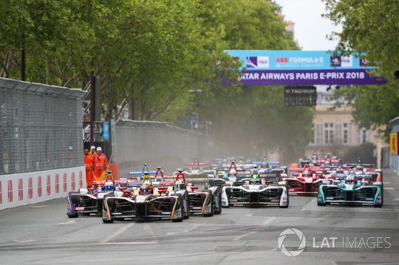 La partenza della gara con Jean-Eric Vergne, Techeetah, davanti a Sam Bird, DS Virgin Racing, Andre Lotterer, Techeetah, Maro Engel, Venturi Formula E Team