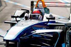 Emerson Fittipaldi, voormalig F1-kampioen en Indy 500-winnaar, bestuurt een Formule E-auto