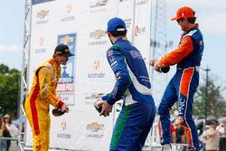 Scott Dixon, Chip Ganassi Racing Honda, Ryan Hunter-Reay, Andretti Autosport Honda, Alexander Rossi, Andretti Autosport Honda, sur le podium