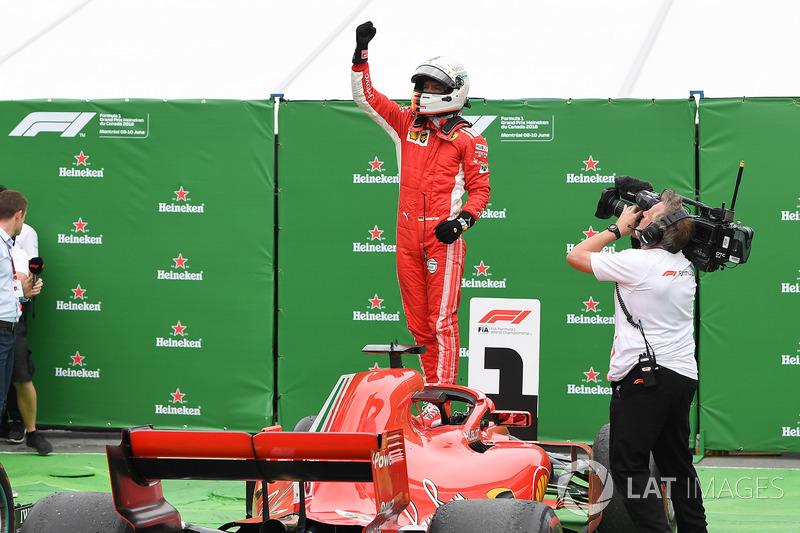 Le vainqueur Sebastian Vettel, Ferrari SF71H fête sa victoire dans le Parc Fermé