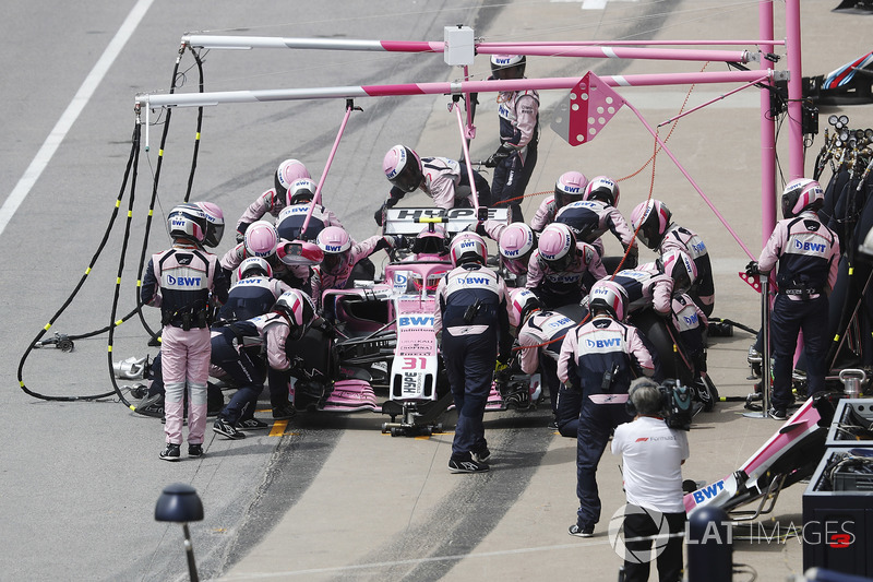 Esteban Ocon, Force India VJM11, hace un pit stop