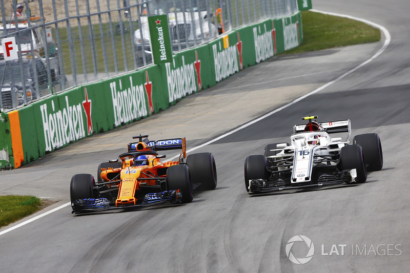 Fernando Alonso, McLaren MCL33, battles with Charles Leclerc, Sauber C37