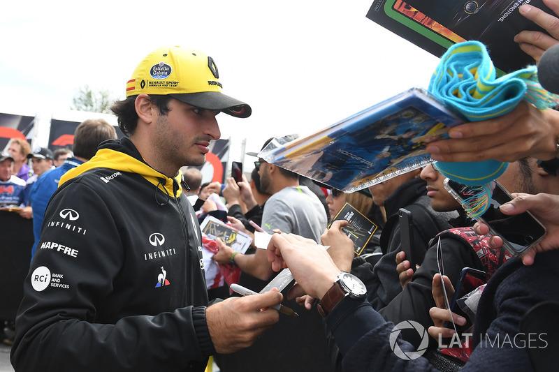 Carlos Sainz Jr., Renault Sport F1 Team firma autógrafos