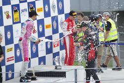 Podio Gara 3: il secondo classificato William Alatalo, BWT Mucke Motorsport, il vincitore della gara Leonardo Lorandi, Bhaitech, il terzo classificato Olli Caldwell, Prema Theodore Racing, festeggiano con lo champagne
