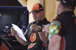 Chase Elliott, Hendrick Motorsports, Chevrolet Camaro Mountain Dew / Little Caesars crew member
