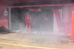 Ferrari, füst a garázsban