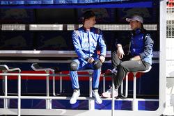 Pierre Gasly, Scuderia Toro Rosso, habla con Brendon Hartley, Scuderia Toro Rosso