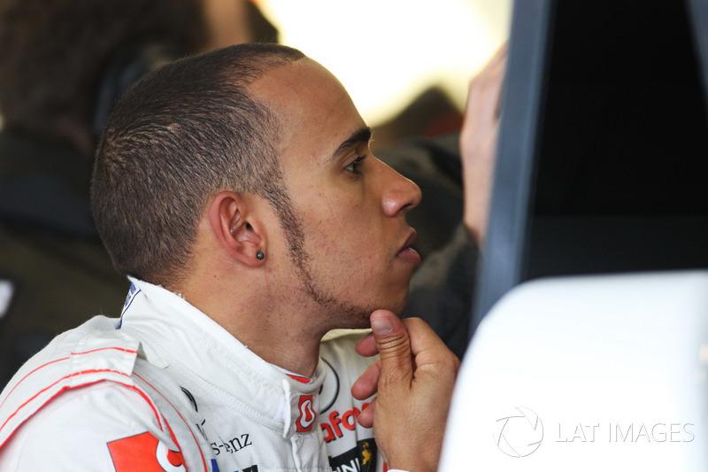 Después de un período de debilitamiento en McLaren, Hamilton decidió poner fin a su relación comercial con su padre, buscando más libertad en su vida personal y gestionando su carrera. Y aparecieron los primeros cambios visuales del piloto, como el uso de pendientes.