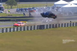 Porsche voa sobre guard rail após capotar
