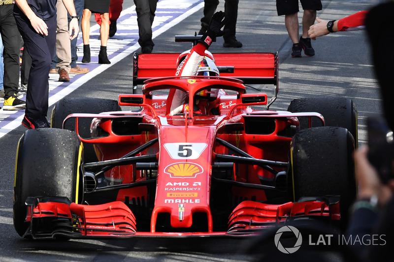 Il vincitore della gara Sebastian Vettel, Ferrari SF71H festeggia nel parco chiuso