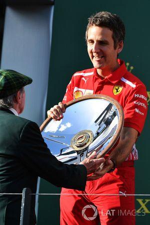Iñaki Rueda, Ferrari Race Strategist celebra con el trofeo en el podio