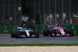 Valtteri Bottas, Mercedes-AMG F1 W09 EQ Power+ y Esteban Ocon, Force India VJM11