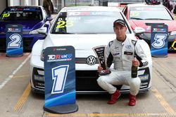 Yarış galibi Dan Lloyd, West Coast Racing VW Golf