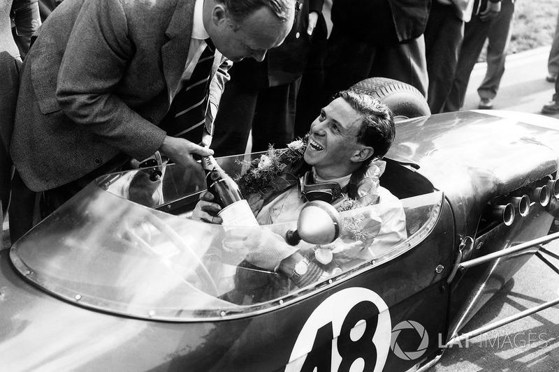 Jim Clark, Lotus 18 - Climax, şampanyasını alıyor