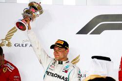 Valtteri Bottas, Mercedes AMG F1, 2° classificato,solleva il suo trofeo sul podio