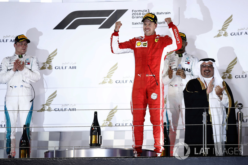 Valtteri Bottas, Mercedes AMG F1, 2° classificato, Sebastian Vettel, Ferrari, 1° classificato, e Lewis Hamilton, Mercedes AMG F1, 3° classificato, sul podio