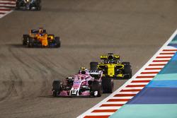 Esteban Ocon, Force India VJM11 Mercedes, leads Nico Hulkenberg, Renault Sport F1 Team R.S. 18, and Fernando Alonso, McLaren MCL33 Renault