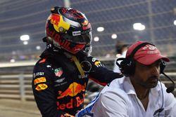 Max Verstappen, Red Bull Racing riceve un passaggio su una moto dopo l'incidente in Q1